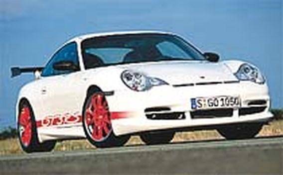 Vliegtuigje landt op dak van Porsche