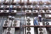 Luchtkoeling van een gebouw in Indonesië. Airconditioning dient vaak als lapmiddel voor gebouwen met een warmteprobleem. Met een slimme sturing kan de verluchting en de koeling van een gebouw ook helemaal {lsquo}natuurlijk' gebeuren.  <br><br><!--para1-->