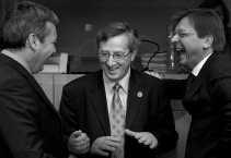 Bij de presentatie van Jean-Luc Dehaenes boek over Europa (,,De Europese uitdaging. Van uitbreiding tot hereniging'') prezen de Belgische oud-premier en de Luxemburgse premier Juncker elkaar aan voor de voorzittersstoel van de Europese Commissie.  <br><br