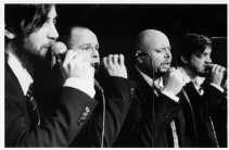Podium Modern: vier mannen met microfoon worden allround orkest.   <br><br><!--para1-->