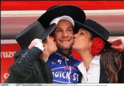 Tom Boonen glundert. In de vierde etappe van de Ruta del Sol was hij sneller dan Oscar Freire en Danilo Napolitano.