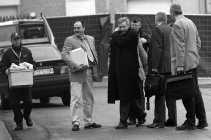 De speurder Michel Demoulin, in het midden met lange jas, kreeg van procureur Michel Bourlet het verwijt te horen dat hij niet genoeg sporen heeft onderzocht.   <br><br><!--para1-->