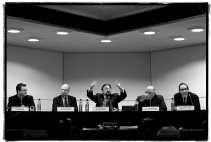 Herman De Croo (midden) tot (v.l.n.r.) politicoloog Carl Devos, Frank Beke, Jean-Luc Dehaene en Willy Claes: ,,In de flodderbroek kwamen de vroegere plooien weer tevoorschijn.'' <br><br><!--para1-->