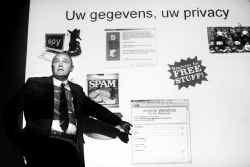 ,,Ga niet op alles in. Wat te mooi is, bestaat niet'', waarschuwt Fernand Mesdom tijdens een infoavond over veilig internetgebruik.