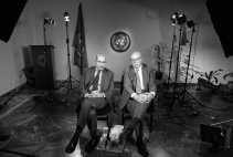 Het hoofd van de wapeninspecteurs van de Verenigde Naties, Hans Blix (rechts), en het hoofd van het Internationaal Energie-agentschap, Mohammed ElBaradei, wachten op het begin van een televisie-interview.