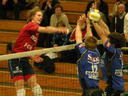 Anderson Picolli (Lennik) smasht de bal buiten het bereik van Timothy Buys en Sergiu Stancu, die allebei voor Torhout uitkomen.