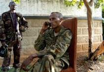 Generaal Laurent Nkunda aan de telefoon in de ambtswoning van de gouverneur in Bukavu. Zijn militie nam gisteren samen met de militie van Jules Mutebusi de stad in handen. Het regeringsleger is er verdwenen. Enkele bronnen meldden de aanwezigheid van twee
