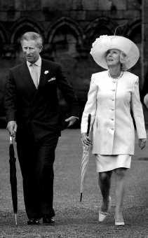 Prins Charles komt met zijn hartsvriendin Camilla op een tuinfeest in het kasteel Holyroodhouse in Edingburgh aan.