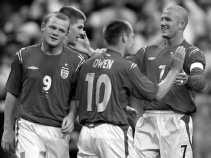 David Beckham (rechts): ,,Tegen Frankrijk kunnen we niet zonder verdedigende middenvelder spelen.''