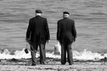 Canadese veteranen staan op het Juno-strand in Normandië, waar zestig jaar geleden ,,de vrijheid uit de zee opdook''.