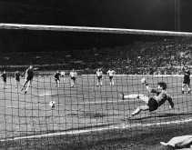 Jan Ceulemans, met rugnummer 11, brengt de eindstand in België-Engeland op 1-1 in de eerste groepswedstrijd op het Europese kampioenschap van 1980.