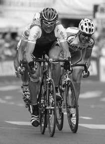 Jan Ullrich verslaat in een spurt met vijf de Zwitser Oscar Camenzind (rechts) in de eerste rit van de Ronde van Zwitserland.
