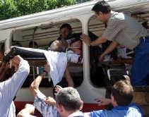 Een van de slachtoffers van de aanslag op de bus in Istanbul wordt weggedragen.