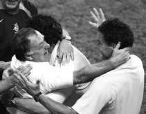 De Nederlandse bondscoach Dick Advocaat viert de kwalificatie via strafschoppen.