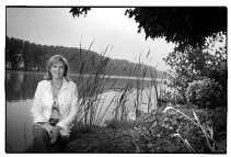 Mireille Schreurs aan het pittoreske Donkmeer in Overmere, dichtbij de plek waar zij woont. Toch spreekt een loft in Antwerpen of Gent haar ook aan.