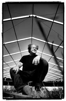 Jan Croes regisseert de opbouw van het festivalterrein.