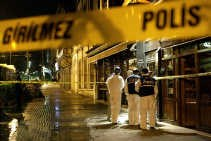Turkse politieagenten zoeken bewijsmateriaal na de bomaanslagen tegen twee hotels in Istanbul.