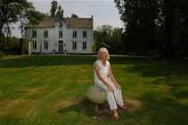 Paule Van Parys, op het domein het Geesthuys in Zelem, dat zij 33 jaar geleden kocht.