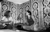 Zohra Boucharafat (links) met 'inleefster' Helke Geudens:  ,,We leerden dat de Marokkaanse samenleving snel verandert.''