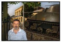 Marcel Reynders voor het tankmonument aan het station van Leopoldsburg.