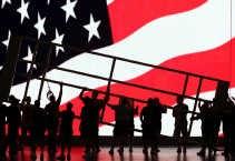 Arbeiders heffen een gedeelte van het podium omhoog in Madison Square Garden waar van maandag tot donderdag de Republikeinse conventie plaatsvindt.