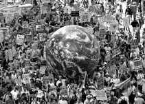 Betogers verzamelen zich in een straat in Manhattan om te protesteren tegen het beleid van Bush.