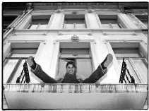 Evi Hanssen op haar balkon achter het Atheneum in Antwerpen.
