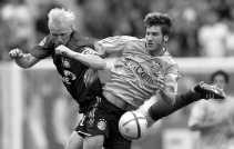 Carsten Ramelow (links) van Leverkusen tracht Torsten Frings van de bal te zetten.