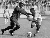 Aruna Dindane (rechts) in een balgevecht met de Sudanees Salah Musa: de Ivoriaanse aanvaller van Anderlecht leverde zondag een knappe prestatie in de WK-match tegen Sudan.