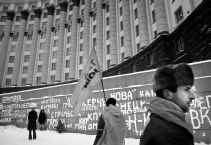 Aanhangers van Joesjtsjenko protesteren voor een regeringsgebouw in Kiev.