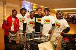Roger De Vlaeminck met zijn vijf veldrijders uit Zimbabwe.