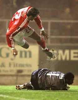 Benfica-speler Karadas (l.) duikt over Beveren-keeper Copa heen. Copa kreeg rood en Benfica kwam op strafschop al snel voor.