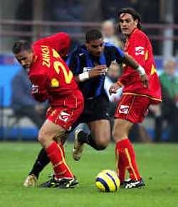 Topscorer Adriano van Inter Milaan (midden) zet twee verdedigers van neo-eersteklasser Messina in de wind. De 22-jarige Braziliaan maakte zijn dertiende doelpunt in 14 wedstrijden.