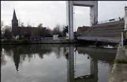 Het brugdek hangt scheef over het water en belemmert zo elke doorvaart.