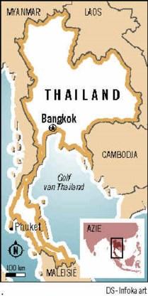Een Thais legervliegtuig dropt tienduizenden gevouwen kraanvogels boven de zuidelijke provincie Pattani, een van de gebieden waar het al heel het jaar onrustig is.