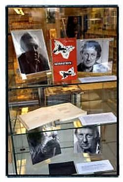 Zeldzaam werk van Hugo Claus, in het uitstalraam van De Slegte.