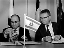 Karel De Gucht (r.) en Sylvan Shalom bij de ondertekening van het akkoord.