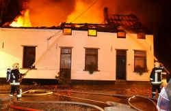 Na de dubbele moord stichtte de dader brand in het huis van zijn slachtoffers.
