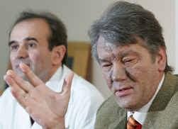 Viktor Joesjtsjenko (r.), hier in het gezelschap van zijn persoonlijke dokter Nikolai Korpan, had het gisteren over een ,,politiek moorproject, voorbereid door de autoriteiten''.