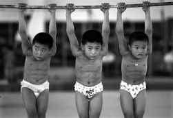 Chinese kinderen oefenen gymnastiek.