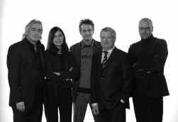 Wim Schamp, Karin Zoons, Marc Appel en Jean-Pierre Van Damme vormen de jury die samen met presentator Hans Otten (midden) op zoek gaat naar succesrijke ondernemers.