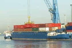 Geschat wordt dat wereldwijd tienduizend containers per jaar in zee vallen.