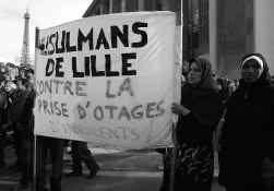 Moslimvrouwen uit Rijsel betogen, met hun hoofddoek op, op 30 augustus in Parijs samen met moslims uit heel Frankrijk tegen de ontvoering van de journalisten Georges Malbrunot en Christian Chesnot in Irak. Hun ontvoerders eisten dat Frankrijk het verbod o