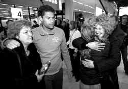 Belgische en Nederlandse toeristen kwamen gisteren uit Sri Lanka op de Nederlandse luchthaven Schiphol aan.