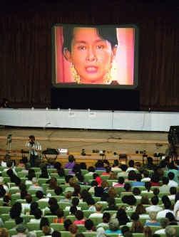 De Birmaanse oppositieleidster met huisarrest, Aung San Suu Kyi, spreekt deelnemers aan een vrouwenrechtenconferentie in Peking toe via de video.