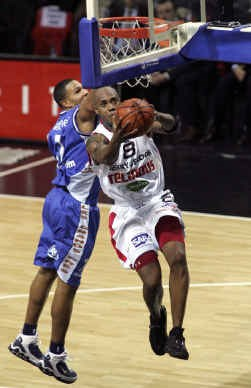 Krupalija van Charleroi vecht voor de bal tegen Nsonwu.