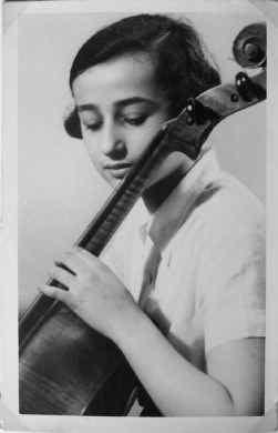 Als 12-jarig meisje speelde Anita Lasker Wallfisch al cello.