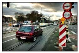 Alle verkeer richting Motsel moet over de strook die eigenlijk is voorbehouden aan trams en bussen.