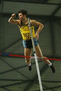 Kevin Rans laat bij een poging op 5,62 meter de balk liggen.