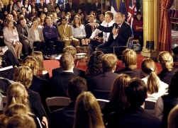 Vorig jaar in mei ging Jacques Chirac, toen samen met Tony Blair (l.), ook al in debat met studenten.